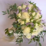 Букет невесты из фрезий и роз