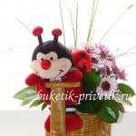 Букет из цветов и игрушек