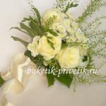 Букет невесты из белых роз и хризантем