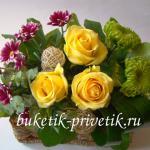Композиция из живых цветов в сундучке