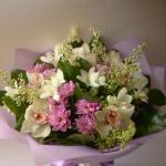Букет с белой орхидеей