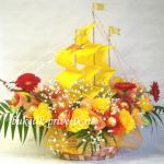 Корабль из конфет и цветов