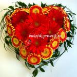 Сердце из цветов герберы