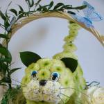 Котик из цветов в корзинке